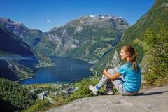 Fille trimardant à la cascade de sept soeurs dans Geirangerfjord norway image stock