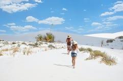 Fille trimardant sur dans les montagnes de désert Images libres de droits