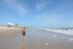 Fille trimardant sur la plage Photographie stock