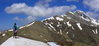 Fille trimardant sur les montagnes de Pyrénées Images libres de droits