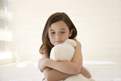 Fille triste étreignant Teddy Bear Photos stock