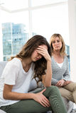 Fille triste contre la mère Image libre de droits