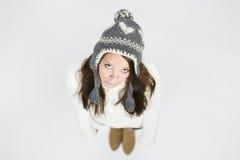 Fille triste dans le pull et le chapeau d'hiver recherchant. Image libre de droits
