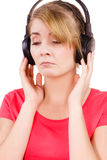Fille triste de femme dans la musique de écoute de grands écouteurs Photo libre de droits
