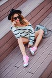 Fille triste de hippie s'asseyant sur les escaliers et la pensée Photo libre de droits