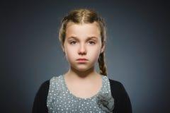 Fille triste de plan rapproché avec l'expression soumise à une contrainte inquiétée de visage photos libres de droits