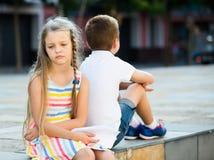 Fille triste en ayant le problème avec l'ami dehors dans le parc Photo stock