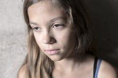 Fille triste et seule près de mur image libre de droits