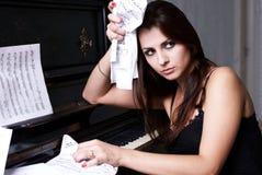 Fille triste près de piano Images libres de droits