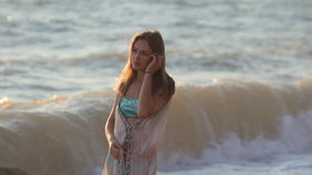 Fille triste se tenant sur la plage banque de vidéos