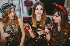 Fille trois à une fête de Noël à la maison Photo libre de droits
