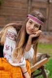 Fille ukrainienne avec de longs cheveux se reposant sur un chariot photos stock