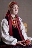 Fille ukrainienne dans le costume folklorique photos stock