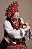 Fille ukrainienne dans le costume folklorique photographie stock
