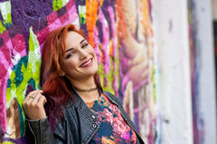 Fille urbaine moderne devant le mur de graffiti Image stock
