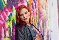 Fille urbaine moderne devant le mur de graffiti Image libre de droits
