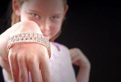 Fille utilisant le bracelet de fantaisie photo stock