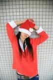 Fille utilisant le chapeau de Santa Image libre de droits