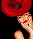 Fille utilisant le chapeau floral Photographie stock libre de droits