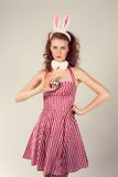 Fille utilisant le costume de lapin de Pâques avec des oeufs dans le panier Photographie stock libre de droits