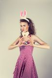 Fille utilisant le costume de lapin de Pâques avec des oeufs dans le panier Photo libre de droits