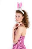 Fille utilisant le costume de lapin de Pâques avec des oeufs dans le panier Image stock