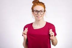 Fille utilisant le T-shirt vide rouge avec l'espace de copie pour votre conception ou logo Photo libre de droits