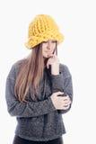 Fille utilisant un chapeau épais Photo stock