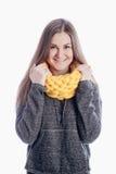 Fille utilisant une écharpe épaisse Photos stock