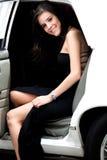 Fille venant à l'extérieur une limousine Image stock
