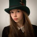 Fille victorienne adolescente avec des cheveux très longs et un chapeau supérieur Image libre de droits