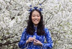 Fille vietnamienne dans ao Dai Smiling Photographie stock libre de droits