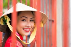 Fille vietnamienne dans le chapeau conique photo stock