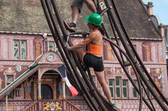 Fille vissant un boulon chez Team Extreme Workers Ride une attraction dans la ville Images libres de droits