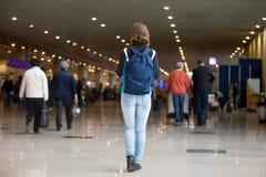 Fille voyageant avec le sac à dos Photos libres de droits