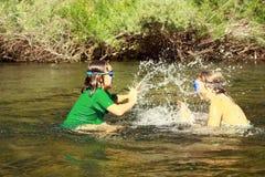 Filles éclaboussant dans le fleuve Image stock