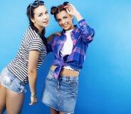 Filles adolescentes d'école de meilleurs amis ayant ensemble l'amusement, posant la fin de support Photos stock
