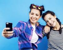 Filles adolescentes d'école de meilleurs amis ayant ensemble l'amusement, posant la fin de support Photo libre de droits