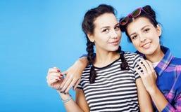 Filles adolescentes d'école de meilleurs amis ayant ensemble l'amusement, posant la fin de support Photos libres de droits