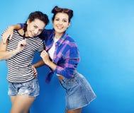 Filles adolescentes d'école de meilleurs amis ayant ensemble l'amusement, posant la fin de support Images libres de droits