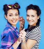 Filles adolescentes d'école de meilleurs amis ayant ensemble l'amusement, posant la fin de support Image libre de droits