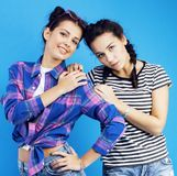 Filles adolescentes d'école de meilleurs amis ayant ensemble l'amusement, posant la fin de support Photographie stock