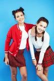 Filles adolescentes d'école de meilleurs amis souriant ensemble ayant l'amusement, pose émotive sur le fond bleu image libre de droits