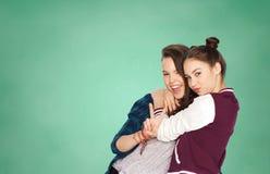 Filles adolescentes heureuses d'étudiant montrant le signe de paix Photos stock