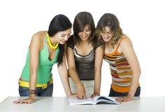 Filles affichant un livre Image libre de droits