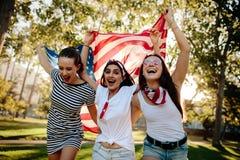 Filles américaines enthousiastes célébrant le Jour de la Déclaration d'Indépendance Photo stock