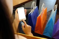 Filles asiatiques tenant des sacs à provisions de vente image stock
