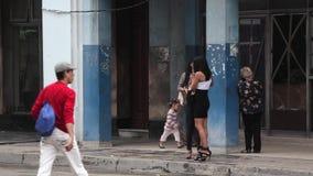 Filles attendant l'ascenseur à La Havane, Cuba banque de vidéos