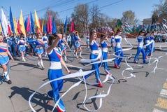 Filles attirantes avec des bandes de gymnstics sur le défilé Photos libres de droits