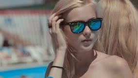 Filles attirantes dans le déplacement sexy de bikini près du clips vidéos